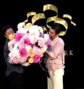 『revolution 花live』と題し、1階ガーデンスクエア特設ステージにてデモンストレーションを行う中村俊月