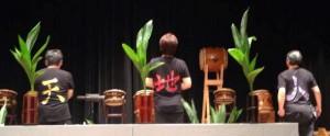 自流の花型を生ける 左から 新藤先生、大野先生、横地