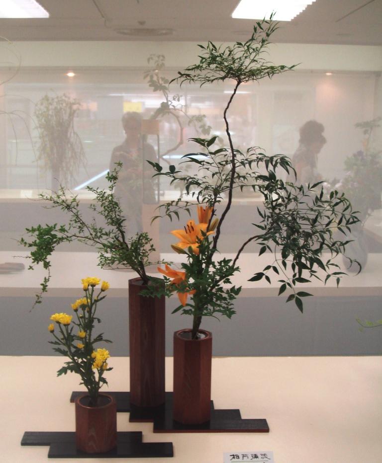 石川 南舟 花材:ナンテン、ユキヤナギ、ユリ、キク、ハトウガラシ