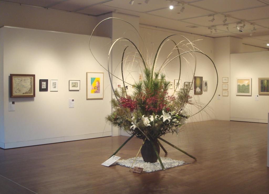 すべての角度から見られる作品の構成です 画家「横地光」の作品も展示されています(左奥の3点)