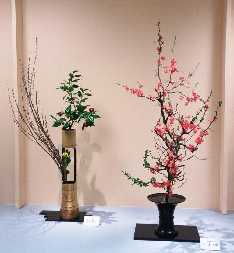 左:木村 新月 (椿、小豆柳、小菊)  右:佐々木幸園 (木瓜)
