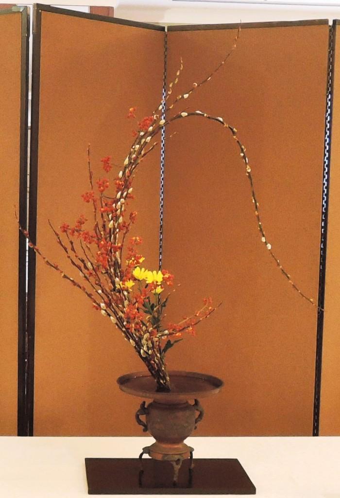 家元 横地 画抱 (赤芽柳、つる梅もどき、スプレー菊)
